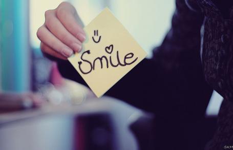 Фото Девушка держит бумажку с надписью *Smile* (© StepUp), добавлено: 28.12.2011 20:26
