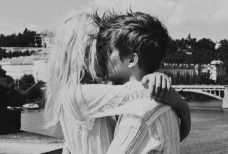 Фото Паренб целует девушку