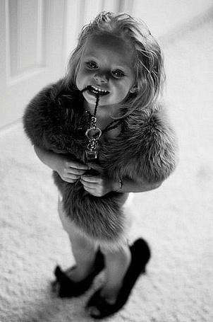 Фото Маленькая девочка в туфлях и меховом боа