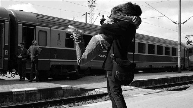 Фото Парень встретил девушку у поезда