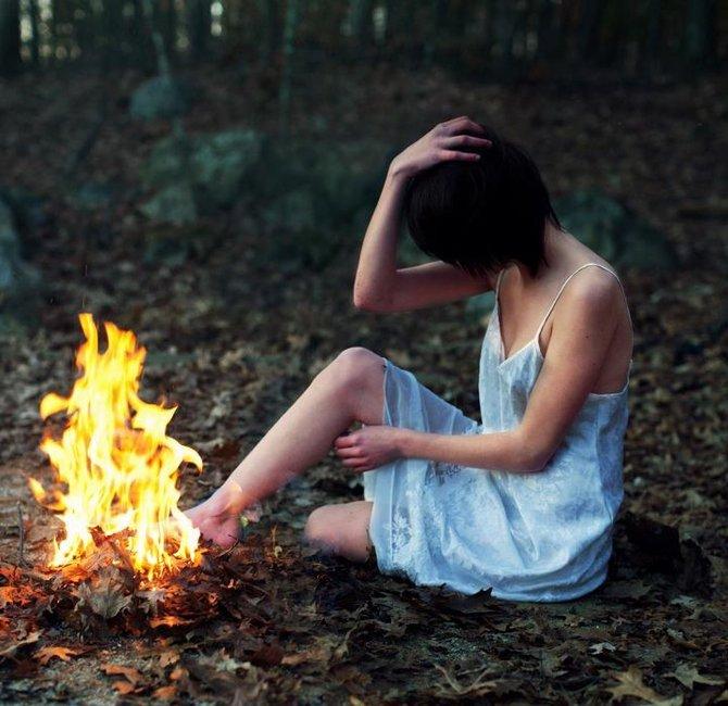 Девушка зажигает в лесу