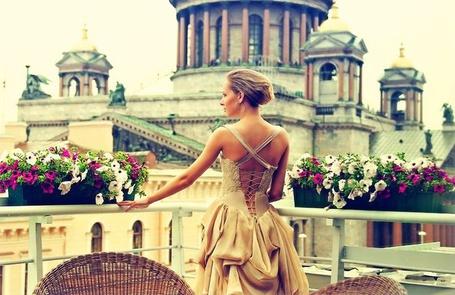 Фото Девушка в платье вышла на балкон уставленный цветами (Фотограф Сергей Корольков) (© Radieschen), добавлено: 04.01.2012 10:34