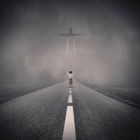 Фото Человек стоит на взлётной полосе самолёта (© Флориссия), добавлено: 04.01.2012 14:33