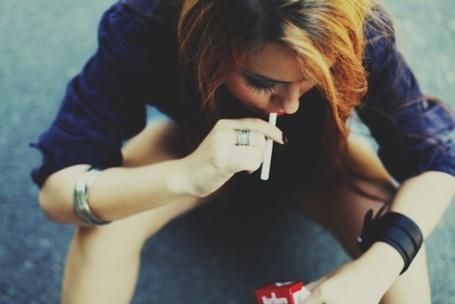 Фото Девушка с сигаретами 'Мальборо' / 'Marlboro'