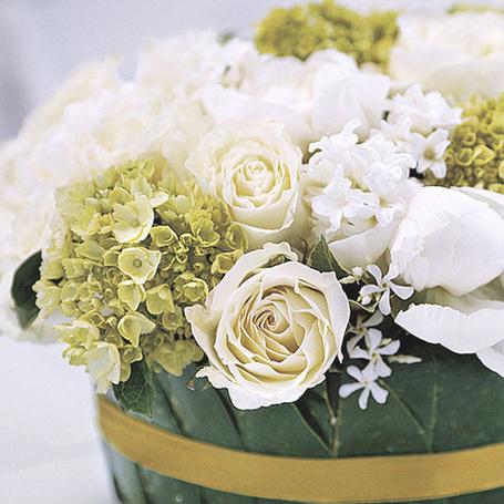 Букет цветов на столе у окна
