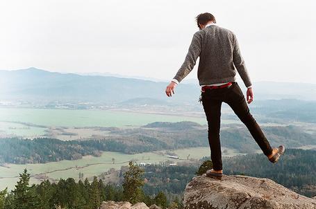 Фото Парень стоит на камне на краю пропасти (© Радистка Кэт), добавлено: 08.01.2012 21:23