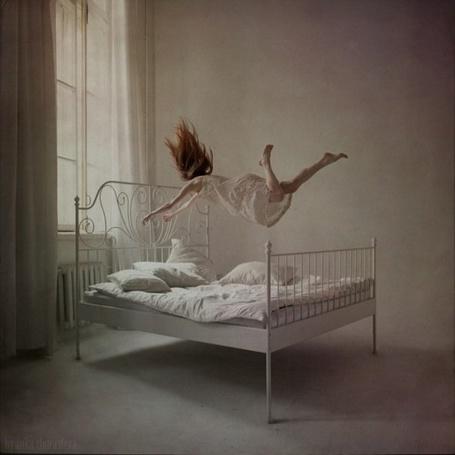 Фото Девушка в полете над кроватью (Анка Журавлева) (© Radieschen), добавлено: 09.01.2012 15:38