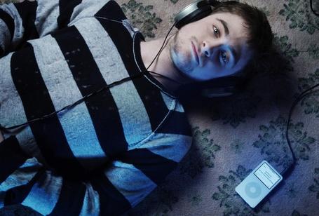Фото Дэниэл Рэдклифф лежит на полу и слушает музыку (© StepUp), добавлено: 09.01.2012 20:07