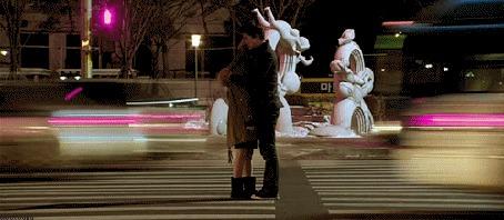 Фото Девушки с парнем обнимаются на дороге