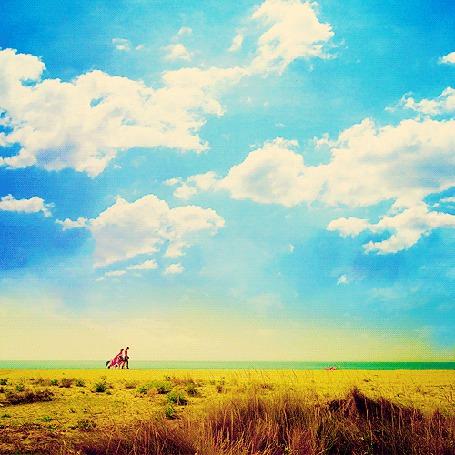 Фото Кадр из испанского фильма 'Три метра над уровнем неба' / 'Tres metros sobre el cielo' (Хьюго 'Аче' Оливера и Баби идут по пляжу)
