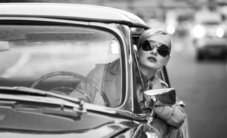 Фото Девушка в очках выглядывает из машины (2012 Аэрофлот. Andrey Yakovlev & Lili Aleeva) (© Radieschen), добавлено: 15.01.2012 12:42