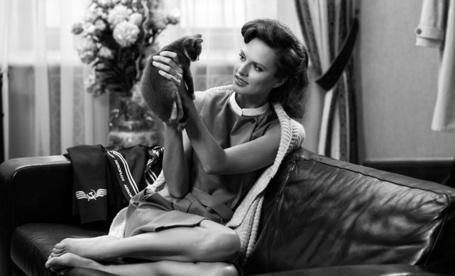 Фото Стюардесса вернулась домой, переоделась и играет с котенком (2012 Аэрофлот. Andrey Yakovlev & Lili Aleeva)