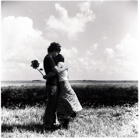 Фото Парень с девушкой обнимаются в поле