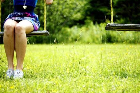 Фото Девушка сидит на качелях (© Радистка Кэт), добавлено: 19.01.2012 15:29