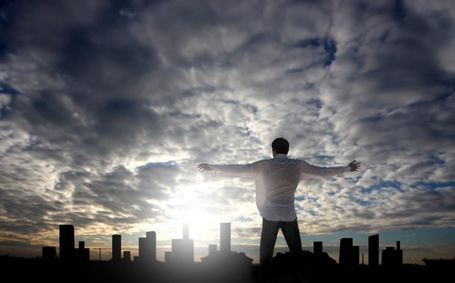 Фото Мужчина раскинул руки на фоне небес и города вдалеке (© Флориссия), добавлено: 19.01.2012 18:46