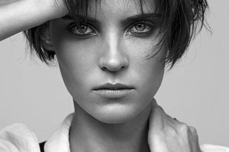 Фото Симпатичная девушка с серьезным выражением лица (Thomas Lavelle)
