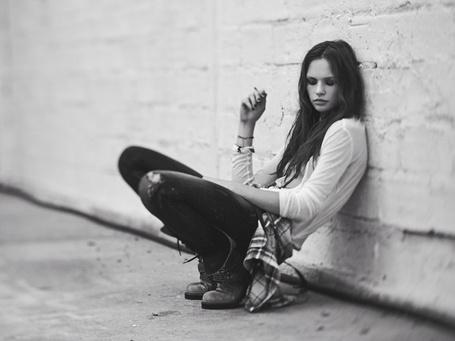 Фото Курящая девушка прислонилась к стене (Thomas Lavelle) (© Radieschen), добавлено: 19.01.2012 20:04