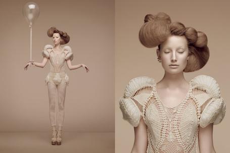Фото Девушка с шариком и необычной прической (Thomas Lavelle) (© Radieschen), добавлено: 19.01.2012 20:04
