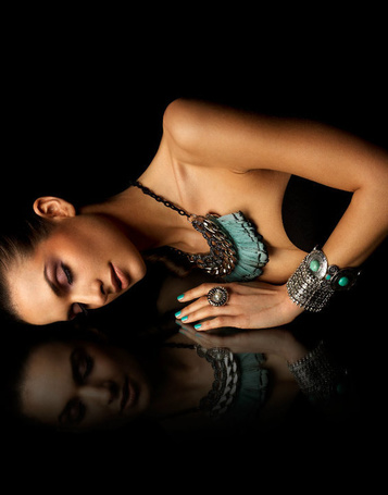 Фото Девушка со множеством украшений лежит на гладкой поверхности (Robert Earp) (© Radieschen), добавлено: 20.01.2012 09:18