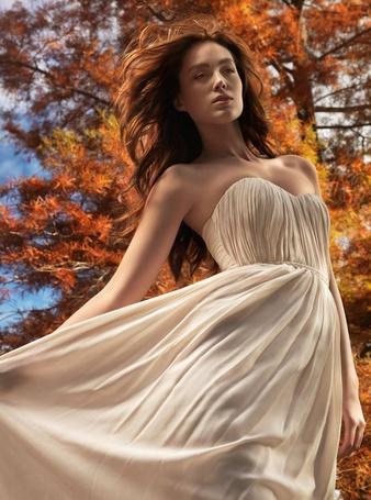 Фото Красивая девушка в платье на фоне осеннего дерева (Robert Earp) (© Radieschen), добавлено: 20.01.2012 09:19