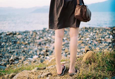 Фото Девушка с сумкой в коричневом ситцевом платье смотрит на море (© Радистка Кэт), добавлено: 22.01.2012 02:13