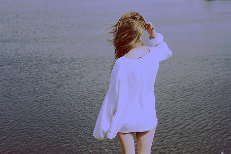 Фото Девушка стоит у водоема (© Радистка Кэт), добавлено: 23.01.2012 23:40