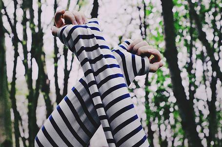 Фото Девушка в полосатой кофте скрестила руки над головой (© Радистка Кэт), добавлено: 23.01.2012 23:51