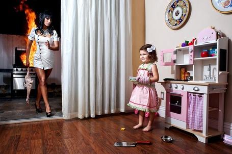 Фото Маленькая девочка играя с детской плитой взяла без спросу мамин тесак, та заметила пропажу и пришла в комнату с мертвым гусем в руке, а на кухне тем временем пожар (Sean DuFrene) (© Radieschen), добавлено: 25.01.2012 08:37