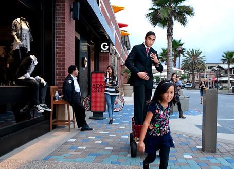 Фото Девочка везет в тележке своего молодого и модно одетого  папу (Sean DuFrene) (© Radieschen), добавлено: 25.01.2012 08:39