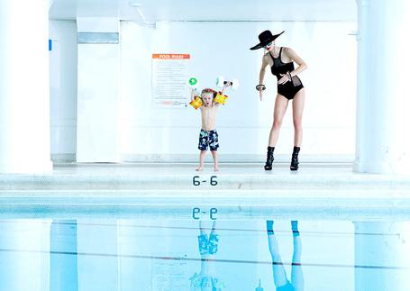 Фото Гламурная дама в шляпе и очках привела маленького сына в бассейн (Sean DuFrene)