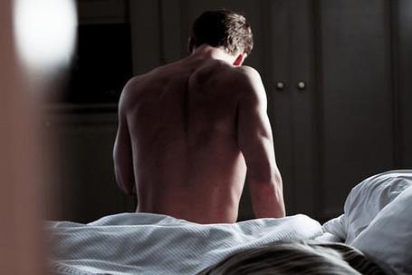 Фото Парень сидит на кровати спиной к нам (© Кофе мой друг), добавлено: 29.01.2012 15:31