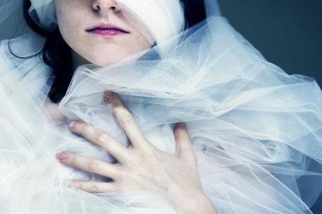 Фото Девушка укуталась в фоту невесты (Sarah Ann Loreth ) (© Radieschen), добавлено: 30.01.2012 21:35