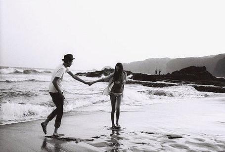 Фото Девушка с парнем у моря