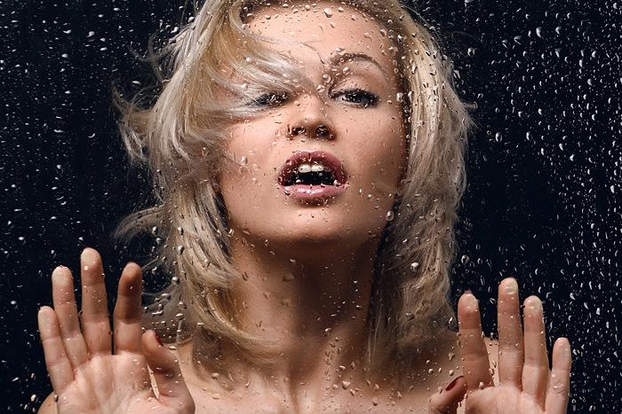 девушка за мокрым стеклом фото