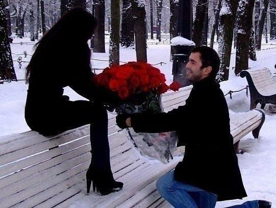 Фото парень дарит девушке большой