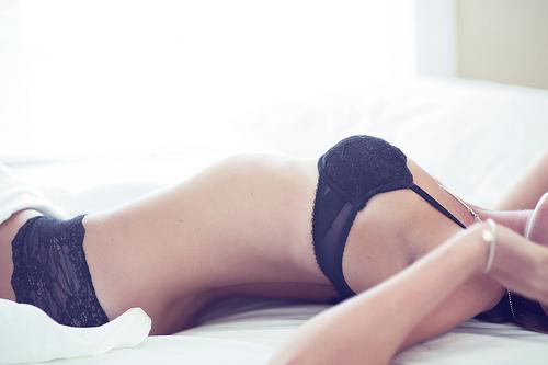 фотосет девушек в нижнем белье на кровати