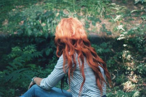 Фото рыжая девушка сидит в лесу
