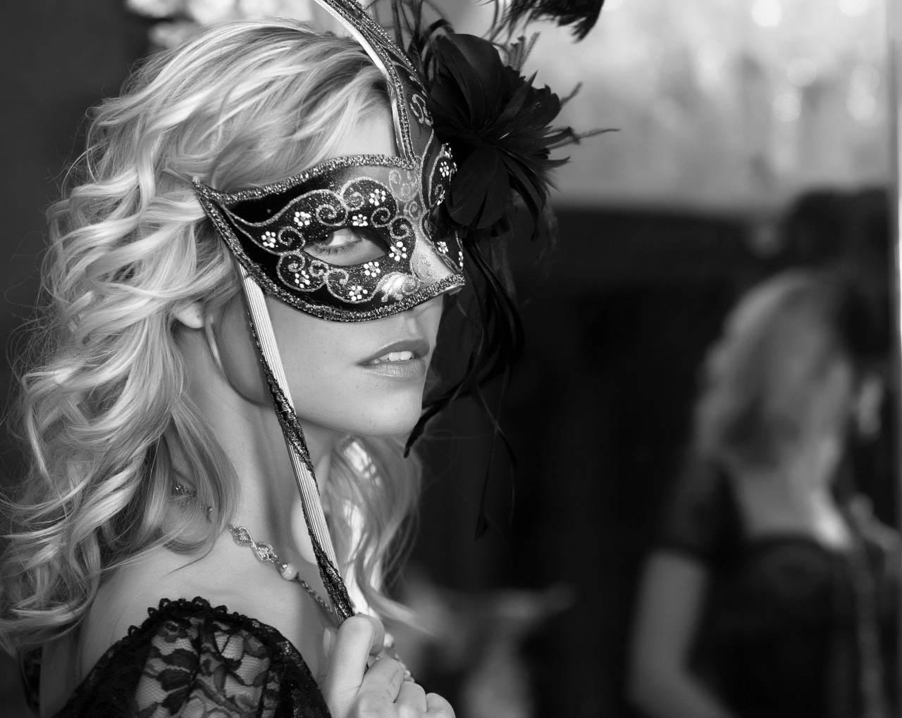 Девушка в маске на аву - лучшие фото