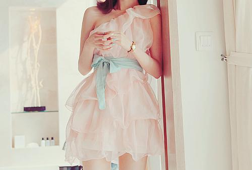 Фото на аву девушек в платьях на пуговичках