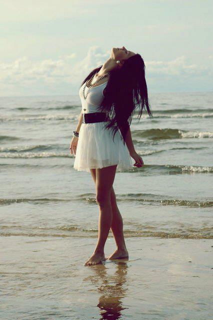 Красивая девушка идет по берегу моря