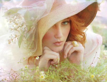 Фото Девушка в поле с красивой шляпой