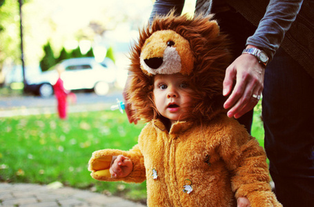 Фото Ребенок, одетый в костюм льва