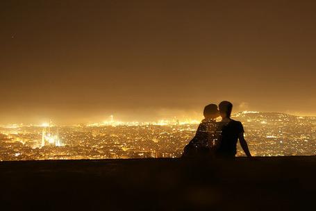 Фото Парень с девушкой целуются на фоне ночных огней города