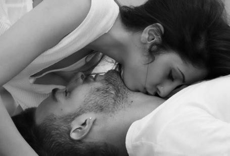 Фото Девушка целует парня в шею (© StepUp), добавлено: 05.02.2012 20:41