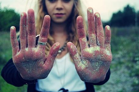Фото Девушка с руками в блестках