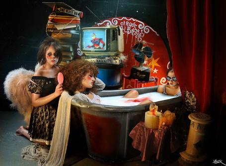 Фото Две девушки принимают ванну, одну из них расчесывает ангел , Фотограф Le Turk (© Radieschen), добавлено: 09.02.2012 06:35