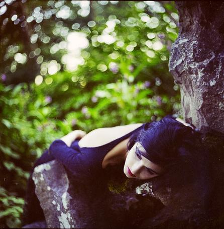 Фото Девушка лежит на дереве (© Rainy), добавлено: 09.02.2012 16:00