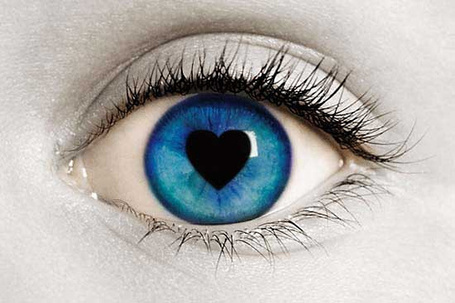 Фото Синий глаз девушки с зрачком в форме сердечка