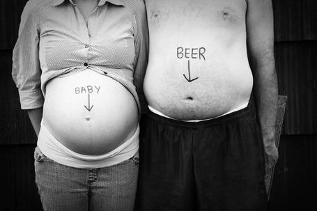 Фото Беременная девушка с надписью 'Baby' / 'Ребенок' на животе и пузатый мужчина с надписью 'Beer' / 'Пиво' на животе