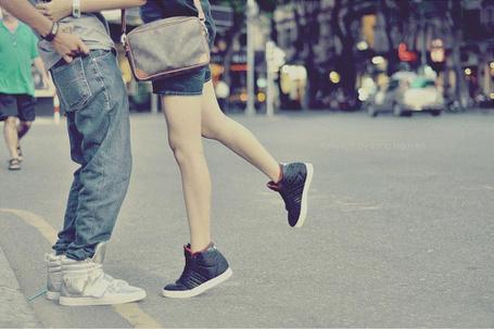 Фото Парень и девушка в кроссовках на улице (© Радистка Кэт), добавлено: 11.02.2012 17:27